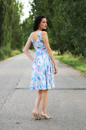 Bledo modré šaty so vzorom