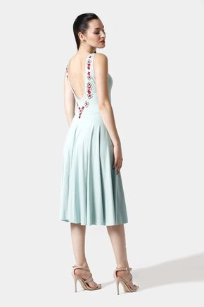 Šaty bledo zelené s výšivkou kvetov na chrbte