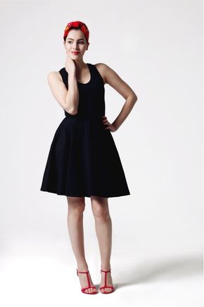 Šaty čierne s výšivkou na chrbte