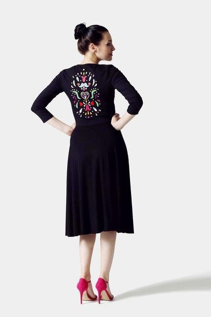 Šaty Midi čierne s výšivkou na chrbte