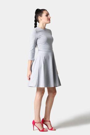 Šaty s polkrubledo šedé s kruhovou sukňou