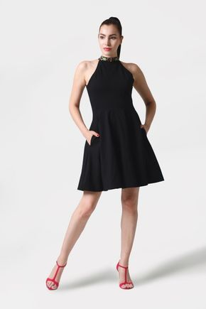 Šaty s vyšívaným viazaním okolo krku