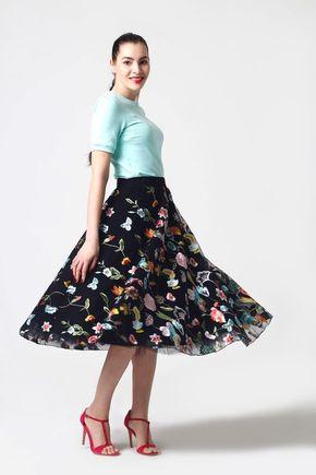 Tylová sukňa vyšívaná