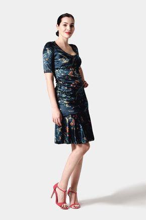 Zamatové šaty so vzorom a volánom