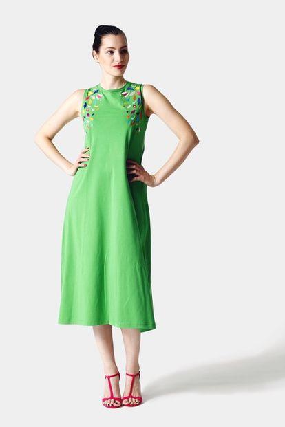 Zelené midi šaty s farebnou výšivkou