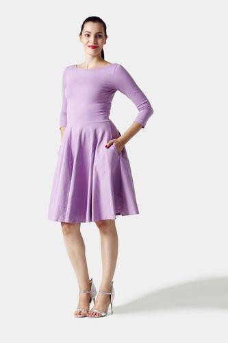 Šaty s kruhovou sukňou a výstrihom na chrbte lila